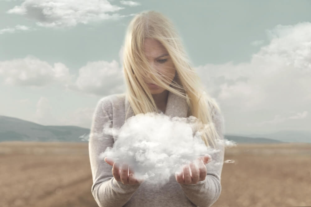 女人看著她手中的雲朵