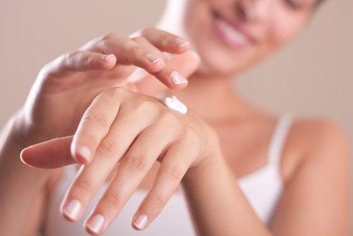 使用保溼潤膚霜