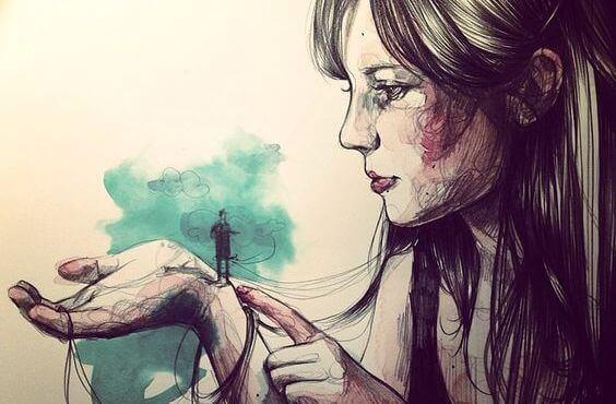一個小男人在女人手中