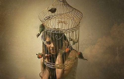 女生在鳥籠裡