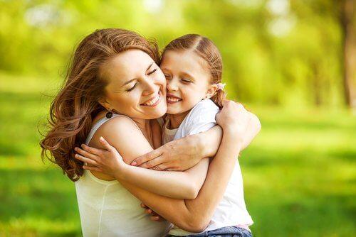 媽媽抱女兒