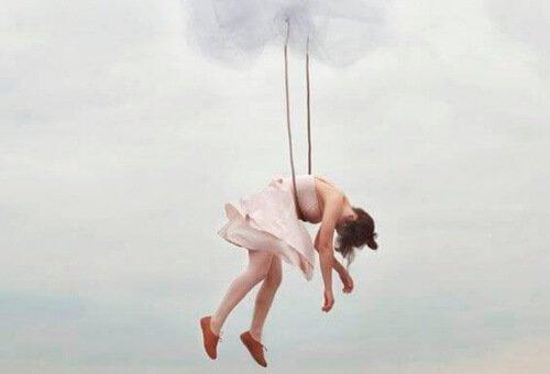 被吊起的女人