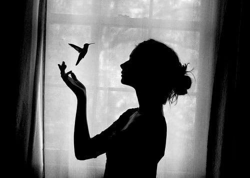女人和蜂鳥