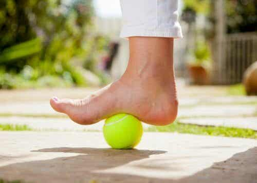 用網球緩解足底筋膜炎的疼痛
