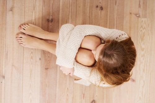 女人坐在地板上害怕