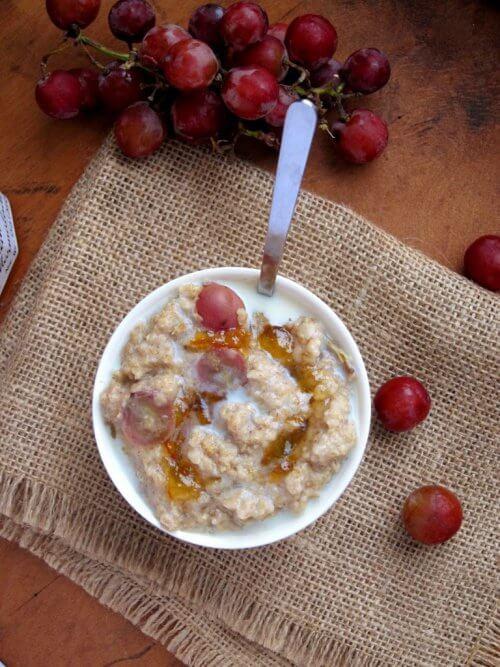 早餐燕麥和葡萄