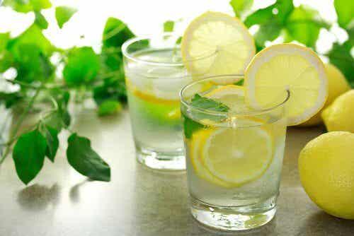 你想睡得更好嗎?睡前喝杯檸檬水吧!