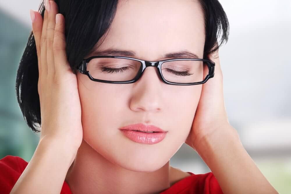 覆蓋耳朵的女人