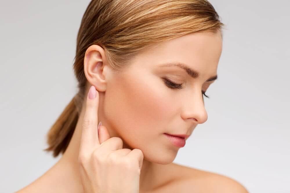 女人摸耳朵