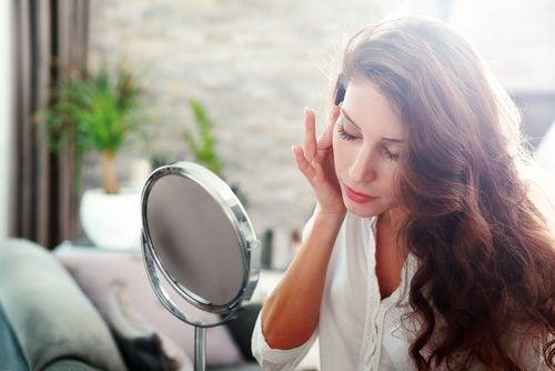 照鏡子的女人