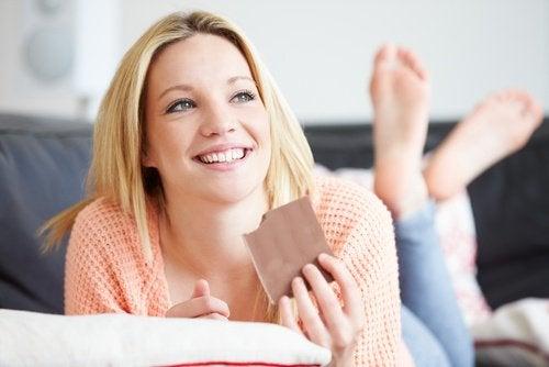 吃巧克力的女人