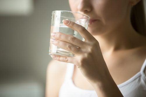 喝水的女性