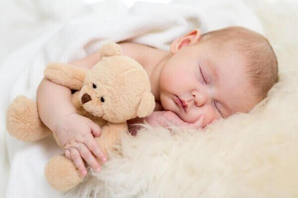 嬰兒抱小熊