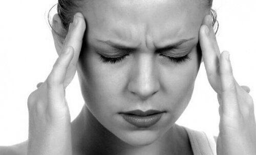 頭痛的女性
