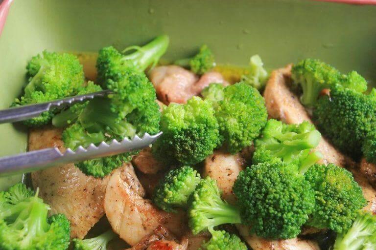 花椰菜和雞肉沙拉