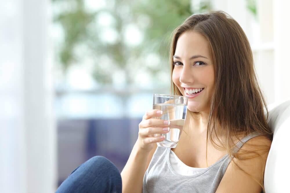 喝水的女人