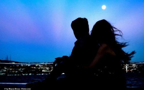 月光下的情侶