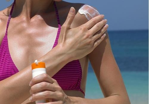 女人擦防曬霜