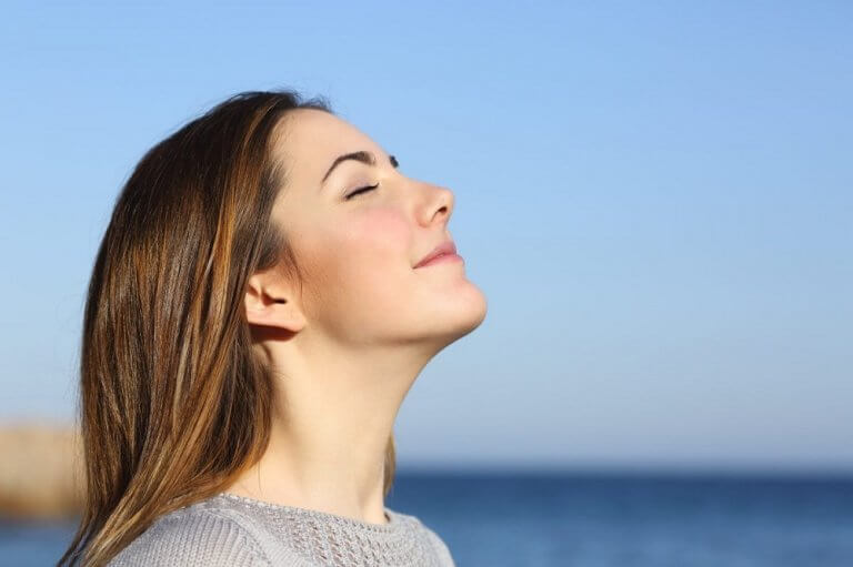 女性享受陽光