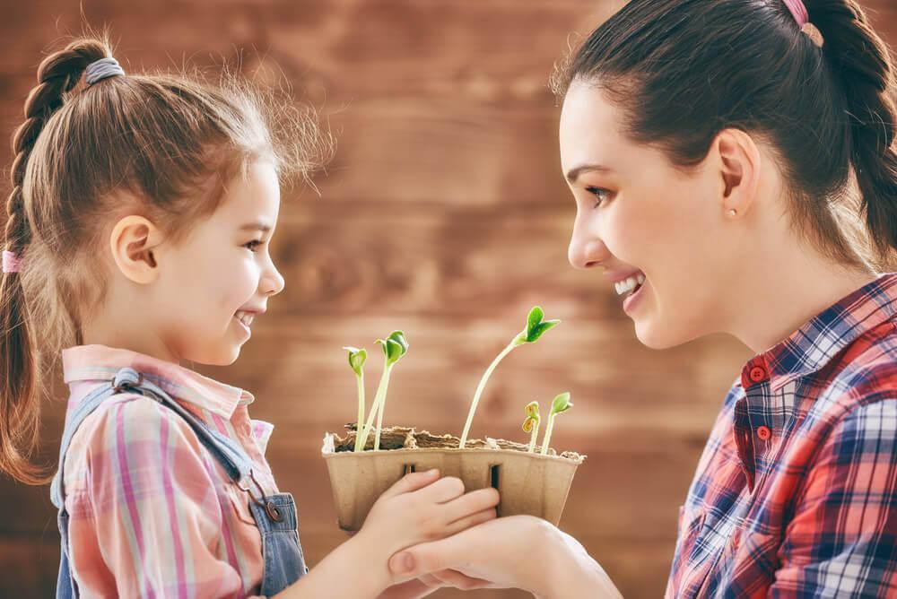 媽媽和女兒一起種花