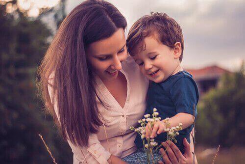 母親環抱小孩