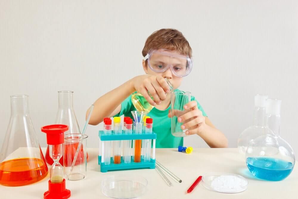 小孩做實驗