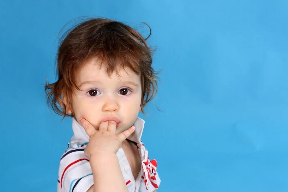 小孩吸手指