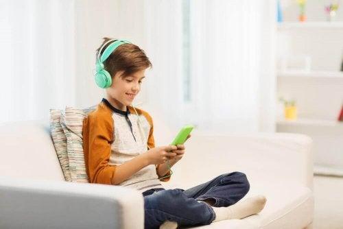 小孩玩手機聽音樂