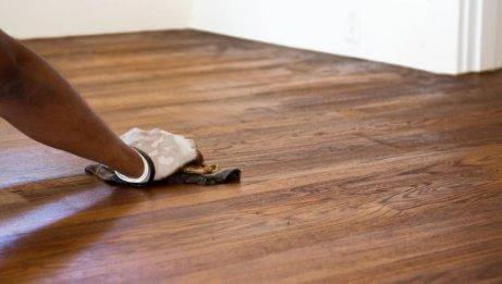 女人清潔木製地板