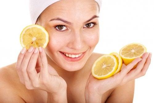女人拿檸檬