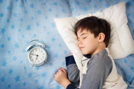 小男孩睡覺