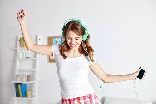 聽音樂的女生