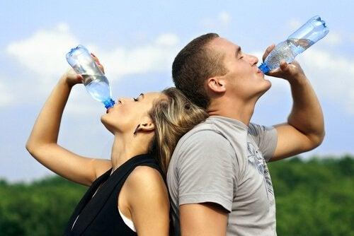 背靠背喝水