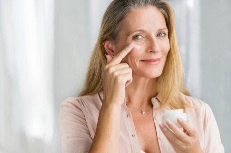女人使用面霜