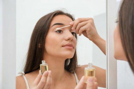 女人使用油基清潔劑