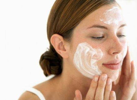 女人清潔肌膚