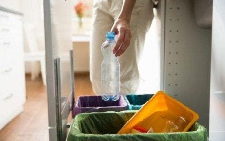 女人回收水瓶