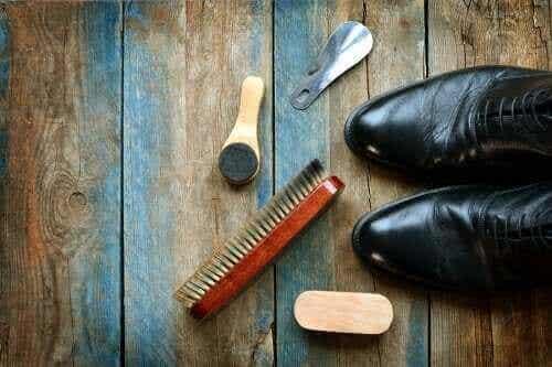 如何清潔皮鞋:五個有用的技巧