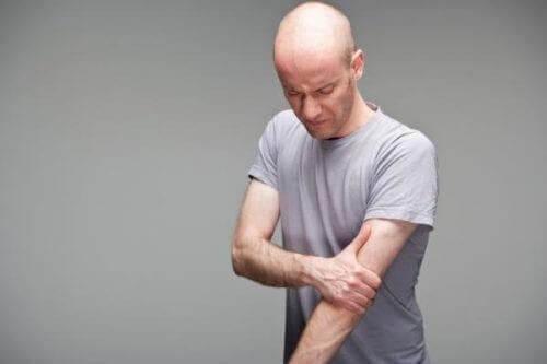 男人二頭肌和肩膀疼痛