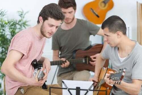 青少年玩樂器