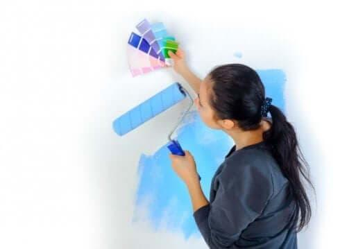 女人選油漆顏色