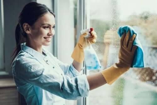 女人清潔窗戶