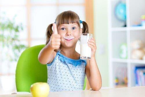小孩喝牛奶