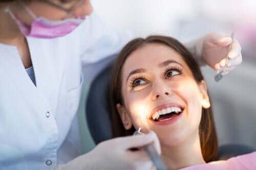 女人看牙醫