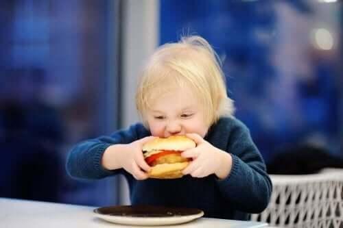 兒童吃漢堡
