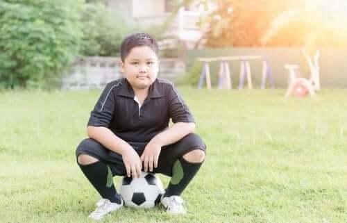 兒童玩足球