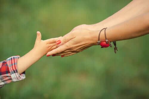 母親牽女兒的手