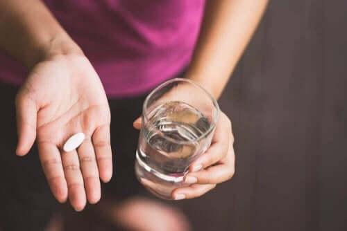 病患吃藥喝水