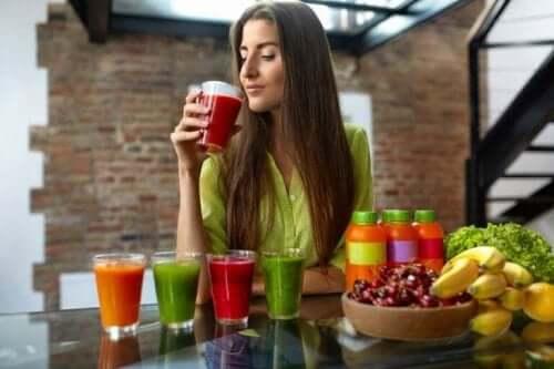 女人喝果汁