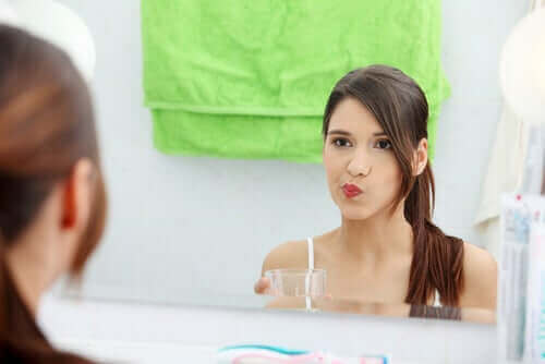 女人使用漱口水